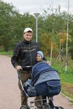 Vater mit Kindern im Park Lizenzfreie Stockbilder
