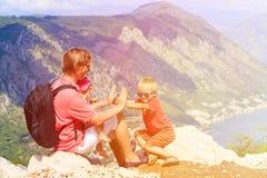 Vater mit Kinderreise in den Bergen Stockbild