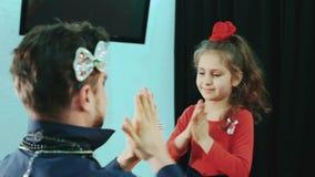 Vater mit Make-up und dem Tochterspielen Sie lachen das Lachen und das Scherzen stock video