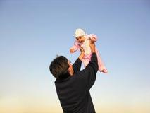 Vater mit Schätzchen lizenzfreie stockfotografie