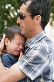 Vater mit schreiendem Kind Stockfotografie