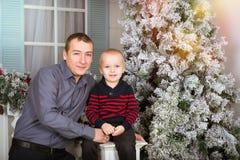 Vater mit seinem Sohn Familienfotosession Stockfotografie