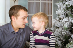 Vater mit seinem Sohn Familienfotosession Lizenzfreies Stockbild
