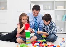 Vater mit seinen Kindern Lizenzfreie Stockfotografie