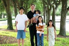Vater mit seinen vier Kindern Stockbilder