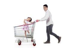 Vater mit seiner Tochter auf Laufkatze Stockfoto