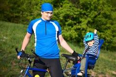 Vater mit Sohn auf Fahrrad Lizenzfreies Stockbild