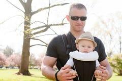 Vater mit Sohn in der Babytrage lizenzfreie stockbilder