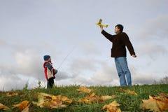 Vater mit Sohn und Flugzeug Lizenzfreies Stockfoto