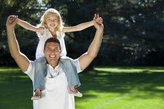 Vater mit Tochter auf Schultern in einem Park stockbilder