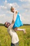 Vater mit Tochter auf seinen Händen Stockbild