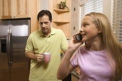 Vater mit Tochter am Telefon Stockbilder