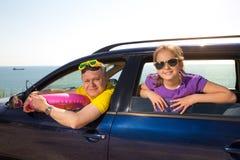 Vater mit Tochterreise mit dem Auto auf Seeferien lizenzfreies stockbild