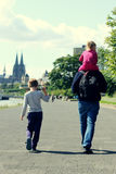 Vater mit zwei Kindern lizenzfreie stockbilder