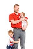 Vater mit zwei Söhnen Stockfoto