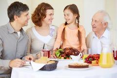 Vater, Mutter und Kinder, die eine große Pizza essen Lizenzfreie Stockfotografie