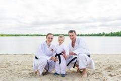 Vater, Mutter und kleiner Sohn - tragen Sie Familie zur Schau Junge Familie im Kimono draußen Lizenzfreie Stockbilder