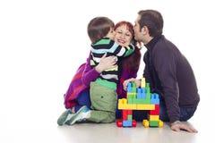 Vater, Mutter und Sohn, die lego spielen Stockbilder