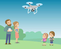 Vater-Operating Drone By-Fernbedienung mit Kindern im Park Kinder, die auf quadrocopter schauen Vektor flach Lizenzfreies Stockbild