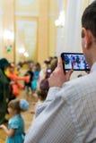 Vater Recording His Child am Telefon Stockfotos