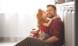 Vater `s Tag Glückliche Familientochter, die Vatigrußkarte gibt stockfoto