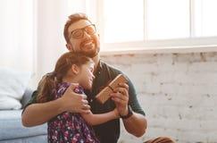 Vater `s Tag Glückliche Familientochter umarmt seinen Vati stockbild