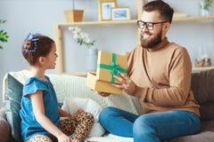 Vater `s Tag Gl?ckliche Familientochter, die Vati und Lachen umarmt lizenzfreie stockfotografie