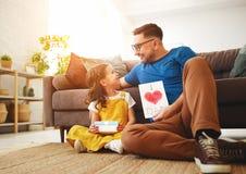 Vater `s Tag Gl?ckliche Familientochter, die Vati und Lachen umarmt lizenzfreies stockfoto