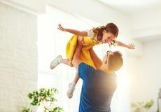 Vater `s Tag Gl?ckliche Familientochter umarmt seinen Vati lizenzfreies stockfoto