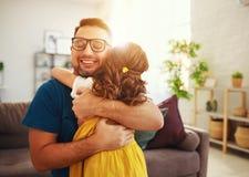 Vater `s Tag Gl?ckliche Familientochter umarmt seinen Vati stockbilder