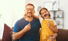 Vater `s Tag Gl?ckliche lustige Familientochter und -vati mit dem Schnurrbart stockbild
