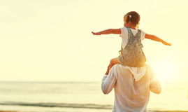 Vater `s Tag Vati- und Kindertochter, die zusammen draußen O spielt lizenzfreies stockfoto