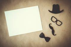 Vater `s Tag Weiße Karte mit dekorativen Elementen auf Kraftpapierhintergrund Copyspace lizenzfreies stockbild