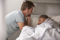 Vater-Saying Goodnight To-Tochter zur Schlafenszeit stockfotos