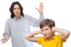 Vater schreit an einem Sohn, der nicht listeni ist Lizenzfreie Stockfotos