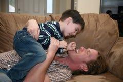 Vater-Sohn-Spielen Stockbilder