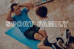 Vater And Son Are, das eine Turnhalle tut Sportfamilie stockbilder