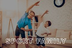Vater And Son Are, das eine Turnhalle tut Sportfamilie stockfoto