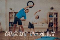 Vater And Son Are, das eine Turnhalle tut Sportfamilie lizenzfreie stockfotografie