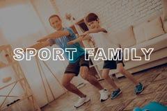 Vater And Son Are, das eine Turnhalle tut Sportfamilie lizenzfreie stockfotos