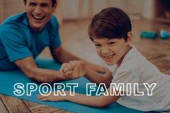 Vater And Son Are, das eine Turnhalle tut Sportfamilie lizenzfreies stockfoto