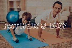 Vater And Son Are, das mit Eignungs-Ball trainiert stockbilder