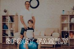 Vater And Son Are, das mit Eignungs-Ball trainiert lizenzfreie stockfotografie