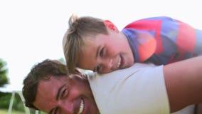 Vater-And Son Having-Spaß im Garten stock footage