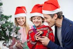 Vater-And Son Opening-Weihnachtsgeschenk Stockfotografie