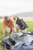 Vater And Son Setting herauf Zelt Stockfoto