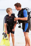 Vater-And Son With-Sporttauchen-Ausrüstung auf Strandurlaub Stockfotos