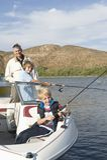 Vater And Sons Fishing von a-Boot Lizenzfreie Stockfotografie