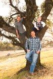 Vater Standing With Sons oben in der Eiche Lizenzfreie Stockfotos