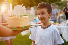 Vater teilt das Feiertag torah zu seinem Sohn, den Glückwunsch des geliebten Jungen aus lizenzfreie stockbilder